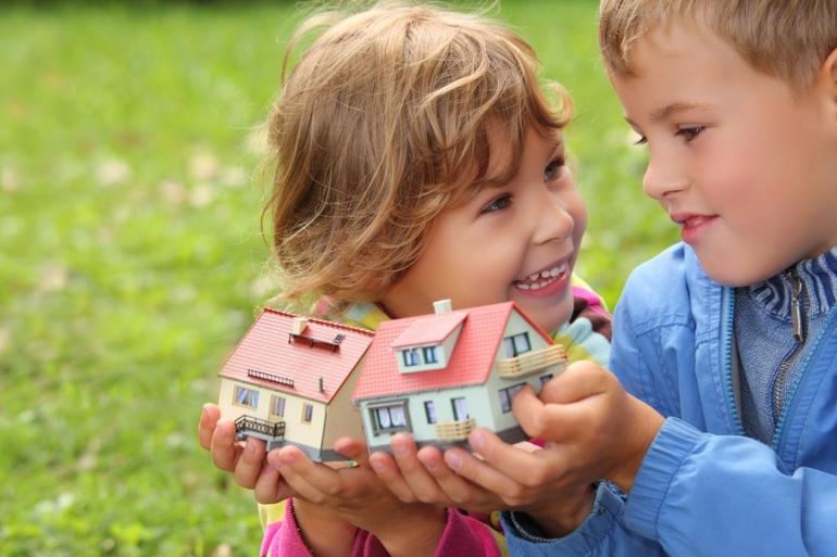 При продаже дома может собственник выписать детей